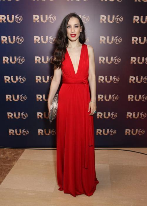 Дайнеко в красном платье