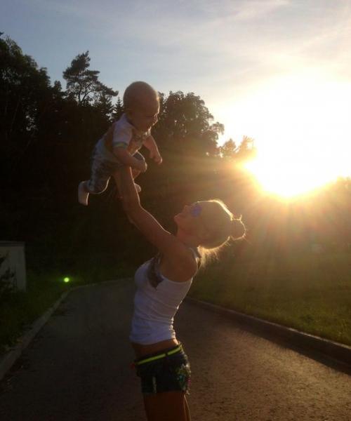 Фото блондинка с ребенком на аву